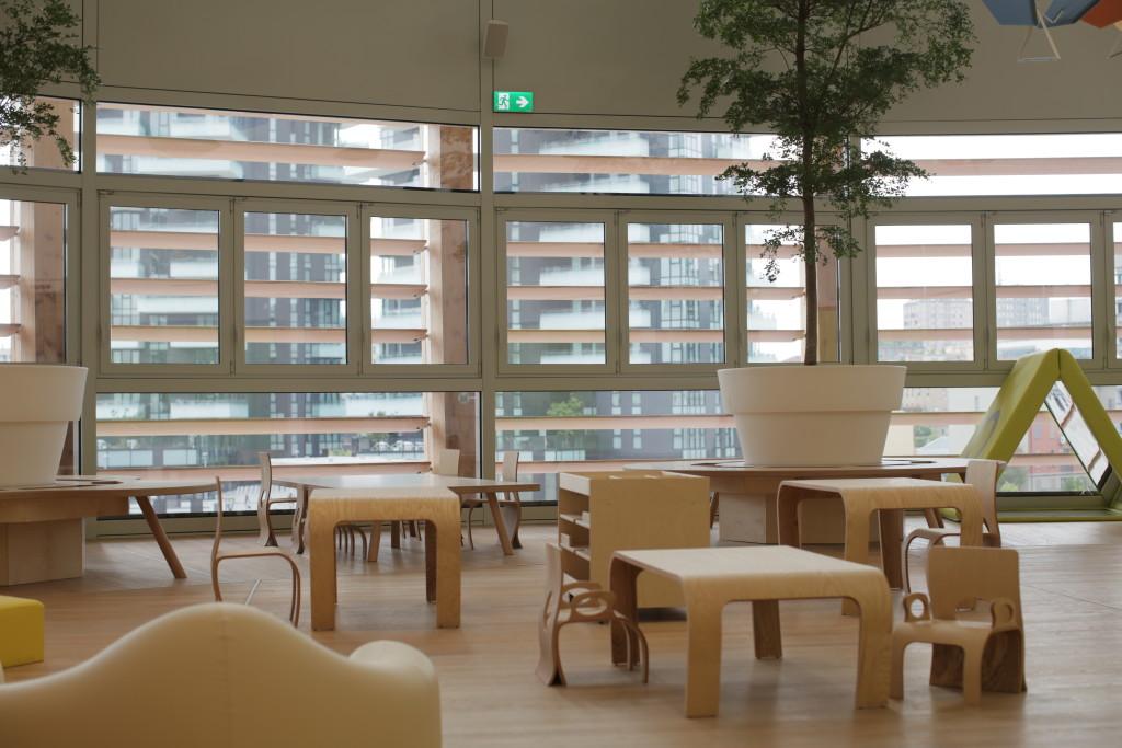 Vista degli interni dell'asilo Mini Tree di UniCredit a Milano, arredato da Flowerssori